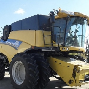 Medium new holland cr8080 combine 3